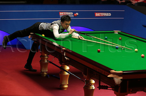30.04.2016. The Crucible, Sheffield, England. World Snooker Championship. Semi Final, Mark Selby versus Marco Fu. Marco Fu plays a shot with the rest