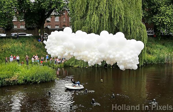 Nederland Den Bosch 2016.   De Bosch Parade op rivier de Dommel. De Bosch Parade is een evenement in 's-Hertogenbosch. De optocht bestaat uit varende kunstwerken. Alle werken zijn geïnspireerd op de kunst van Jheronimus Bosch. Vaartuig De Cloud en de Val van de Opstandige Engelen. . Foto  Berlinda van Dam / Hollandse Hoogte