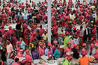 ETHIOPIA , Southern Nations, Hawassa or Awasa, Hawassa Industrial Park, chinese-built for the ethiopian government to attract foreign investors with low rent and tax free to establish a textile industry and create thousands of new jobs, taiwanese company Everest Textile Co. Ltd. , canteen, injera lunch for the workers / AETHIOPIEN, Hawassa, Industriepark, gebaut durch chinesische Firmen fuer die ethiopische Regierung um die Hallen fuer Textilbetriebe von Investoren zu vermieten, taiwanesische Firma Everest Textile Co. Ltd., Kantine, Mittagessen fuer die Arbeiter, Injera und Gemuese