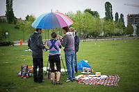 Berlin, Eine Gruppe grillt am Donnerstag (09.05.13) im Mauerpark in Berlin mit einem Regenschirm. Foto: Timur Emek/CommonLens