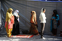 Gli immigrati musulmani si incontrano a Piazza Vittorio, Roma, per la preghiera di Eid al-Fitr che segna la fine del mese di digiuno del Ramadan.Le donne hanno un loro spazio separato dagli uomini..Muslim immigrants meet in Piazza Vittorio, in Rome's Esquilino multi-ethnic quarter, for Eid al-Fitr prayer for the end of the fasting month of Ramadan.The women have a different place for praying..Roma 10 Settembre 2010...