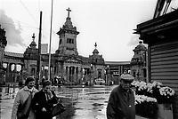 Milano, quartiere Musocco - Certosa, periferia nord. Il Cimitero Maggiore nel giorno della festa di Ognissanti --- Milan, Musocco - Certosa district, north periphery. The Cimitero Maggiore cemetery on All Saints' Day