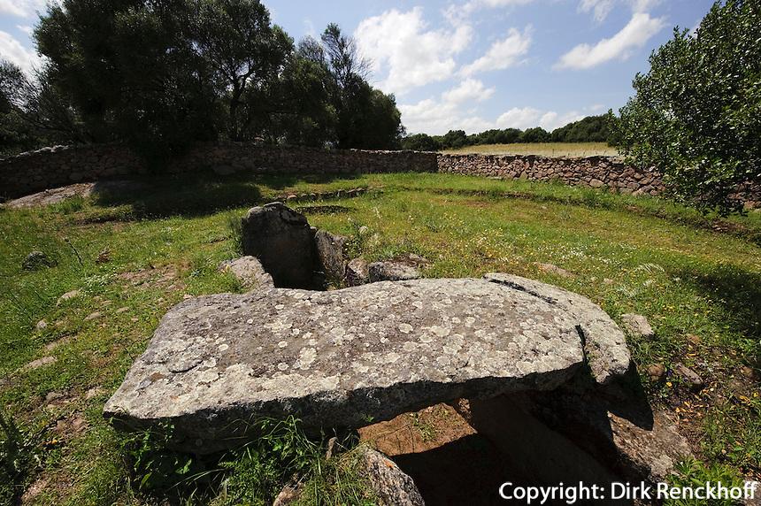 Gigantengrab (Tomba di Giganten) Moru bei Arzachena, Nuraghenkultur,  2.Jahrtausend vor Chr., Costa Smeralda , Provinz Olbia-Tempio, Sardinien, Italien