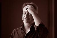 Guido Sgardoli. È nato a San Donà di Piave nel 1965, e quando non scrive storie fa il veterinario. Ha collaborato per diversi anni a giornali, riviste e siti Internet. Pordenone, 14 settembre 2017. © Leonardo Cendamo
