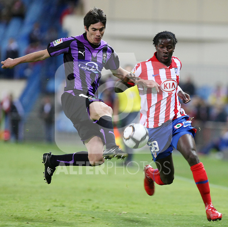 Real Valladolid's Henrique Sereno (l) and Atletico de Madrid's Ibrahima Balde during La Liga match. May 05, 2010. (ALTERPHOTOS/Acero)