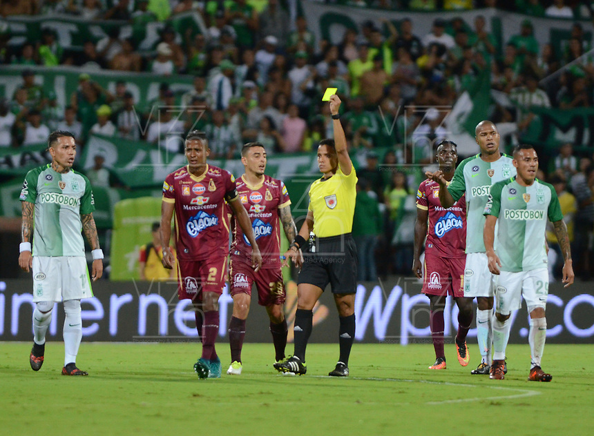 MEDELLIN- COLOMBIA - 2 - 12 - 2017:Bismarks  Santiago refere  central.  .Acción de juego entreel Atlético Nacional   y el Deportes Tolima, durante partido de vuelta de los cuartos de final entre Atlético Nacional  y Deportes Tolima, de la Liga Aguila II 2017 en el estadio Atanasio Girardot de la ciudad de Medellín. / Bismarks Santiago central referee. Action game between Atletico Nacional and  Deportes Tolima, during a match between Atletico Nacional and Deportes Tolima, of the quarter of finals for the Liga Aguila II 2017 at the Atanasio Girardot Stadium in Medellin city. Photo: VizzorImage  / León Monsalve / Contribuidor