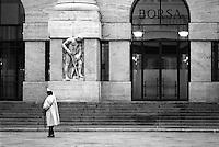 Milano, piazza Affari. Palazzo Mezzanotte, sede della Borsa. Una donna saluta --- Milan, Affari square. Palazzo Mezzanotte, seat of the Italian stock exchange. A woman greets