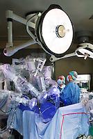 Operazione chirurgica effettuata con il robot Da Vinci presso lo IEO, Istituto Europeo di Oncologia. Milano, 22 dic 2007.<br /> <br /> Robot Da Vinci Surgical System at IEO, Oncology European Institut. MIlan, December 22, 2007.