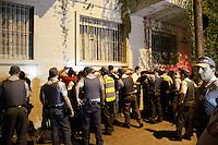 SAO PAULO, SP, 07.09.2013 - PROTESTO 7 DE SETEMBRO SP - Policias revistam cerca de 25 manifestantes são abordados e revistados na Rua Antonio Carlos, na Zona Central da capital paulista, neste sábado, 7 de Setembro.(Foto: Marcelo Brammer / Brazil Photo Press).