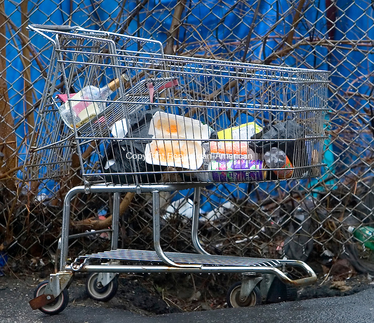 WATERBURY, CT. 12 April 2007-041207SV13--A shopping cart full of garbage sits on East Farm Street in Waterbury.<br /> Steven Valenti Republican-American