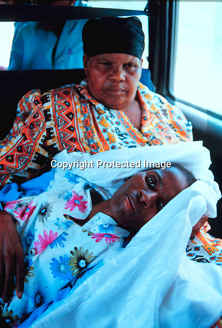 disiaids00357  Social Issues, Aids: Health. A woman dying of Aids is taken care of by nurses from the South Coast Hospice in Murchison, who works in the rural areas in Natal, South Africa with terminaly ill people. Nov-99..©Per-Anders Pettersson/iAfrika Photos