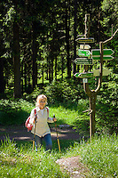 Deutschland, Thueringen, bei Schmiedefeld am Rennsteig: Wandern auf dem Rennsteig, dem aeltesten und meistbegangenen Weitwanderweg Deutschlands | Germany, Thuringia, near Schmiedefeld am Rennsteig: hiking at Rennsteig hiking trail, Germany's oldest and most frequented long distance hiking trail