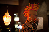 Berlin, Ein Transvestit Model trinkt am Freitag (10.05.13) in Berlin während eines Drag-Queen Castings im Friedrichstadt-Palast einen Kaffee: Timur Emek/CommonLens