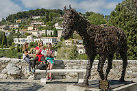 France, Provence-Alpes-Côte d'Azur, Saint-Paul de Vence: medieval town, residence of many artists and artisans, Marc Chagall lived here for 20 years, he is buried at the local cemetery | Frankreich, Provence-Alpes-Côte d'Azur, Saint-Paul de Vence: mittelalterliches Staedtchen, viele Kuenstler und Kunsthandwerker leben hier heute, auch Marc Chagall lebte hier 20 Jahre lang, sein Grab befindet sich auf dem hiesigen Friedhof
