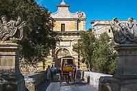 Malta, Mdina: mit dem Karrozzin (Pferdekutsche) durchs Haupttor in den mittelalterlichen Ort - fruehere Haupstadt | Malta, Mdina: with the horse-drawn Karrozzin through the Main Gate into the medieval centre - former capital