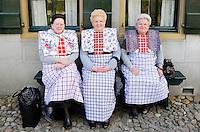 Enkhuizen.  Klederdrachtfestival in het Zuiderzeemuseum.  Drie vrouwen dragen klederdracht uit Bunschoten- Spakenburg