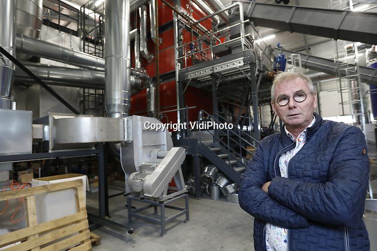 Foto: VidiPhoto    <br /> <br /> BLEISWIJK &ndash; Bunnik Plants (25 ha. op negen locaties) in Bleiswijk timmert fors aan de weg als het gaat om verduurzaming. Met het nodige enthousiasme vertelt eigenaar Frans Bunnik over zijn nieuwste initiatief in aanbouw: een bioverbrander van 15 Mw, dat straks met in ieder geval nog eens vier verbranders in een zogenoemde &lsquo;energierotonde&rsquo; de polder moet voorzien van warmte. Al eerder gebruikte Bunnik al restwarmte voor zijn bedrijven en energieschermen. Daarnaast leveren 9500 zonnecollectoren 80 procent van de opbrengst aan het electriciteitsnet. Zelf gebruikt hij daarvan 20 procent. Straks gaan snoeihout uit de regio en pallets de verbrander in die daardoor minder uitstoot heeft dan dat planten/bomen verbruiken. In samenwerking met overheden en collega&rsquo;s ziet de visionaire kweker mogelijkheden genoeg om afscheid te nemen van &lsquo;fossiel&rsquo;. &ldquo;We moeten er ooit een keer vanaf. De sector wil ook verder en alle kleine beetjes helpen. Leermomenten zijn er altijd. Die zijn ook nodig om vooruit te komen. Als je kijkt met een open vizier kun je de wereld veroveren. Ik zie alleen maar kansen.&rdquo;
