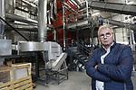 """Foto: VidiPhoto    <br /> <br /> BLEISWIJK – Bunnik Plants (25 ha. op negen locaties) in Bleiswijk timmert fors aan de weg als het gaat om verduurzaming. Met het nodige enthousiasme vertelt eigenaar Frans Bunnik over zijn nieuwste initiatief in aanbouw: een bioverbrander van 15 Mw, dat straks met in ieder geval nog eens vier verbranders in een zogenoemde 'energierotonde' de polder moet voorzien van warmte. Al eerder gebruikte Bunnik al restwarmte voor zijn bedrijven en energieschermen. Daarnaast leveren 9500 zonnecollectoren 80 procent van de opbrengst aan het electriciteitsnet. Zelf gebruikt hij daarvan 20 procent. Straks gaan snoeihout uit de regio en pallets de verbrander in die daardoor minder uitstoot heeft dan dat planten/bomen verbruiken. In samenwerking met overheden en collega's ziet de visionaire kweker mogelijkheden genoeg om afscheid te nemen van 'fossiel'. """"We moeten er ooit een keer vanaf. De sector wil ook verder en alle kleine beetjes helpen. Leermomenten zijn er altijd. Die zijn ook nodig om vooruit te komen. Als je kijkt met een open vizier kun je de wereld veroveren. Ik zie alleen maar kansen."""""""