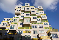 Nederland Amsterdam - September 2018. Nieuwbouw aan de Zuidas. Het Summertime appartementencomplex. Appartementen met gekleurde balkonhekken. Vrije sector huurwoningenl in het middeldure segment. De toegepaste duurzaamheidsmaatregelen in Summertime zijn onder andere stadsverwarming, zonnepanelen voor opwekking van duurzame energie en HR++ beglazing. Daarnaast is er een groendak. Foto Berlinda van Dam / Hollandse hoogte