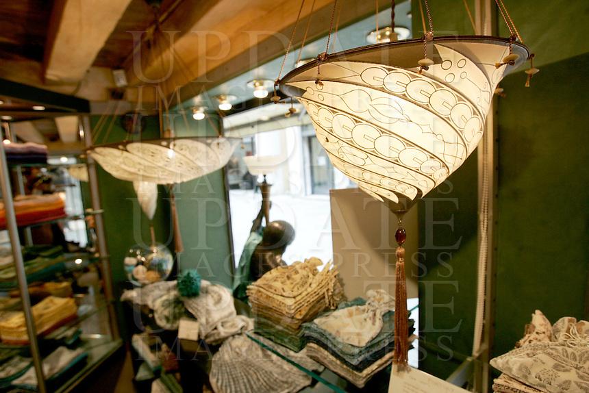 Paralumi Fortuny in vendita nel negozio Venetia Studium a Venezia.<br /> Fortuny lampshades at Venetia Studium, in Venice.<br /> UPDATE IMAGES PRESS/Riccardo De Luca