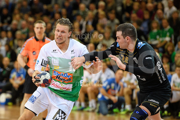 links Lars Kaufmann (FAG) am Ball gegen rechts Michal Svajlen (Pfadi)