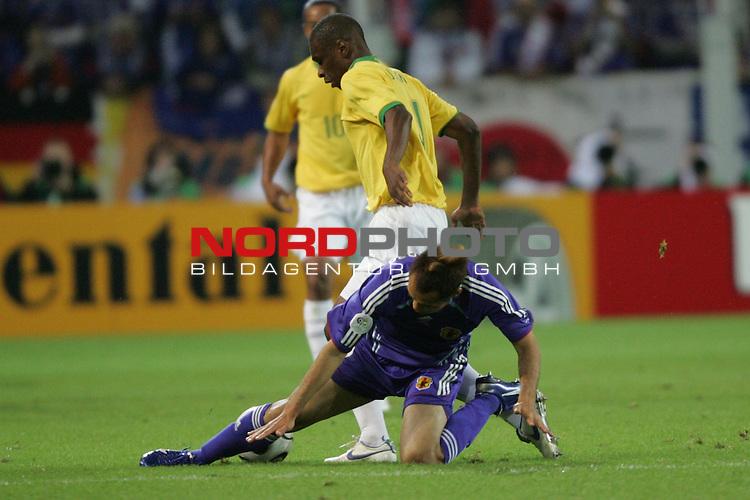 FIFA WM 2006 -  Gruppe F Vorrunde ( Group AF)<br /> Play   #43 (22-Jun) - Japan vs Brasilien 1:4<br /> <br /> Naohiro Takahara (vorne) von Japan verletzt sich im Zweikampf gegen Gilberto (hinten) von Brasilien.<br /> <br /> Foto &copy; nordphoto