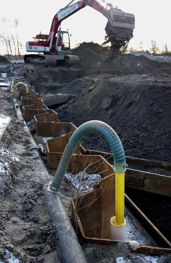 Nederland, den Haag, 31 jan 2003.Bodemsanering. In de voormalige petroleumhaven van den Haag, aan de Laakkade, wordt het terrein grondig gesaneerd. Dit is nodig vanwege grote hoeveelheden olie in de grond door lekkende tanks en gemorste benzines en olie. Er zitten 80 opslagtanks in de grond die verwijderd moeten worden. .O.a. met in situ-technieken wordt de grond gereinigd..bodemvervuiling, milieu.Foto (c) Michiel Wijnbergh/Hollandse Hoogte