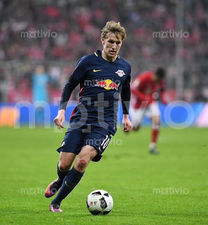 Fussball  1. Bundesliga  Saison 2016/2017  16. Spieltag  FC Bayern Muenchen - RB Leipzig        21.12.2016 Emil Forsberg (RB Leipzig) am Ball