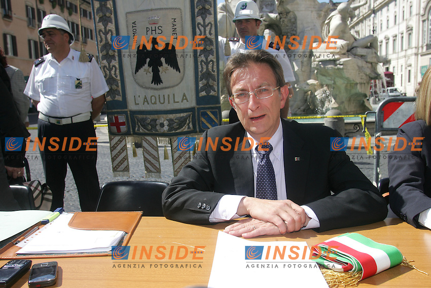 MASSIMO CIALENTE<br /> Roma 24/06/2010 Manifestazione della Giunta  dell'Aquila con la partecipazione dei sindaci di vari comunu e con il sindaco dell'Aquila davanti al Senato.<br /> Photo Samantha Zucchi Insidefoto