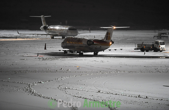 Iberia aircraft sit on the tarmac at Barajas airport on January 11, 2010, in Madrid after heavy snowfall. (c)Pedro ARMESTRE