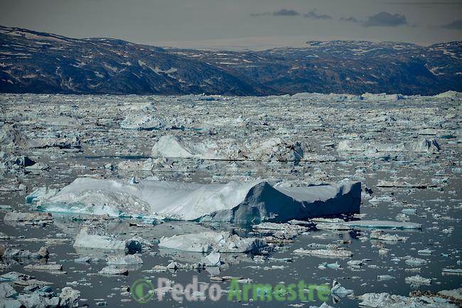 La expedición de Greenpeace en el Artico evidencias del cambio climatico en las proximidades de Tinitequilaq en , Groenlandia. Alejandro Sanz acompaña a la expedición. 18 Julio 2013. © Greenpeace/Pedro ARMESTRE