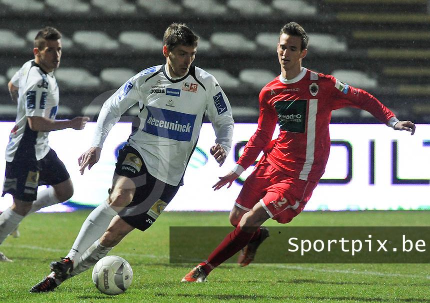 KSV Roeselare - R. Antwerp FC : Sergiy Serebrennikov aan de bal voor Lee Colin (rechts).foto VDB / BART VANDENBROUCKE
