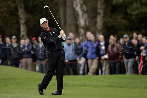 16 Oct 2004: South African golfer Ernie Els (RSA) plays his approach shot to the 6th green during his semi final match against Padraig Harrington (IRE). HSBC World Matchplay Championship, Wentworth, England. Photo: Glyn Kirk/Actionplus....041016.golf golfer iron