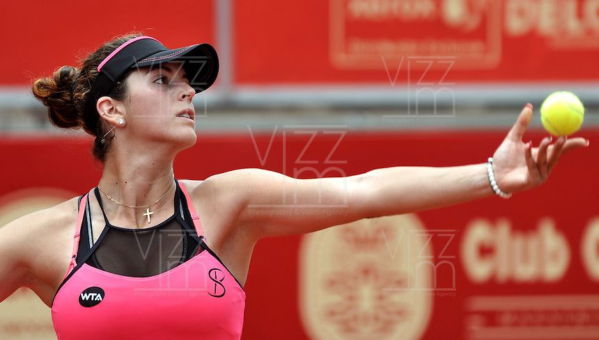 BOGOTA - COLOMBIA - 11-04-2016: Nadia Echevarria de Venezuela, sirve a Lara Aurrabarrena de España, durante partido por el Claro Colsanitas WTA, que se realiza en el Club El Rancho de Bogota. / Nadia Echevarria of Venezuela, serves to Lara Aurrabarrena from Spain, during a match for the WTA Claro Colsanitas, which takes place at Club El Rancho de Bogota. Photo: VizzorImage / Luis Ramirez / Staff.