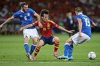 FUSSBALL  EUROPAMEISTERSCHAFT 2012   FINALE Spanien - Italien            01.07.2012 David Silva (Mitte, Spanien) gegen Federico Balzaretti (li) und Leonardo Bonucci (re, beide Italien)