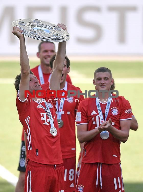 27.06.2020, Fussball: nph00001 1. Bundesliga 2019/2020, 34. Spieltag, VfL Wolfsburg - FC Bayern Muenchen, in der Volkswagen-Arena Wolfsburg. Siegerehrung nach dem Spiel: Der FC Bayern MŸnchen feiert den Gewinn der 30. Deutschen Meisterschaft. Thomas MŸller (mi., Bayern MŸnchen) mit der Schale<br /><br />Foto: Bernd Feil/M.i.S./ /Pool/nordphoto<br /><br />Nur fŸr journalistische Zwecke! Only for editorial use! <br /><br />GemŠ§ den Vorgaben der DFL Deutsche Fussball: nph00001 Liga ist es untersagt, in dem Stadion und/oder vom Spiel angefertigte Fotoaufnahmen in Form von Sequenzbildern und/oder videoŠhnlichen Fotostrecken zu verwerten bzw. verwerten zu lassen. DFL regulations prohibit any use of photographs as image sequences and/or quasi-video.    <br /><br />National and international NewsAgencies OUT.