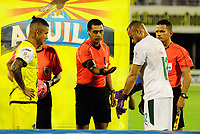BARRANCABERMEJA - COLOMBIA, 21-10-2018: Edwin Torres, capitán de Alianza, Edwin Ferney Trujillo Castro, árbitro, y Pablo Mina capitán del Cali durante los actos protocolarios previo al partido entre Alianza Petrolera e Deportivo Cali por la fecha 16 de la Liga Águila II 2018 disputado en el estadio Daniel Villa Zapata de la ciudad de Barrancabermeja. / Edwin Torres, captain of Alianza, Edwin Ferney Trujillo Castro, referee, and Pablo Mina, captain of Cali, during the formal events prior the match between Alianza Petrolera and Deportivo Cali for the date 16 of the Aguila League II 2018 played at Daniel Villa Zapata stadium in Barrancabermeja city. Photo: VizzorImage / Jose Martinez / Cont