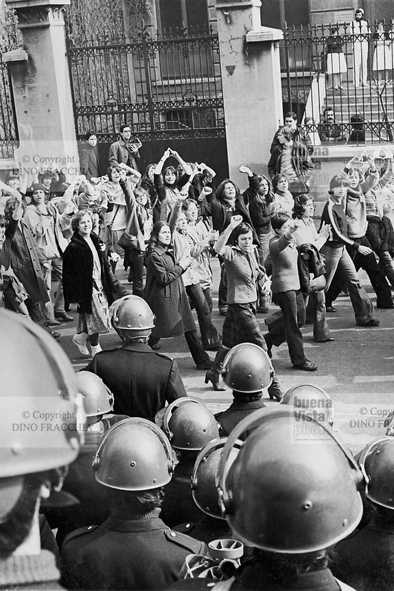 - women's manifestation for the abortion in front of gynecological clinic Mangiagalli (Milan, 1976)....- manifestazione femminista per l'aborto davanti alla clinica ginecologica Mangiagalli (Milano,1976)