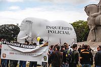 ATENCAO EDITORES: FOTO EMBARGADA PARA VEICULO INTERNACIONAL - SAO PAULO, SP, 27 DE SETEMBRO 2012 - PROTESTO POLICIA FEDERAL - Servidores da Polícia Federal de São Paulo fazem protesto na Praça dos Bandeirantes, em frente ao Parque do Ibirapuera, na zona sul da capital paulista na manhã desta quinta-feira (27). Em greve desde o dia 7 de agosto, o grupo carregou um grande elefante branco durante o ato e espalhou cruzes pelo parque em sinal de morte à categoria. FOTO: WILLIAM VOLCOV - BRAZIL PHOTO PRESS