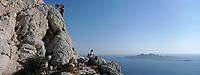 Europe/France/Provence-Alpes-Côte d'Azur/13/Bouches-du-Rhône/ Marseille: Escalade dans les falaises de la calanque de Sormiou, en fond l'Ile Riou [Auto N°: 332]