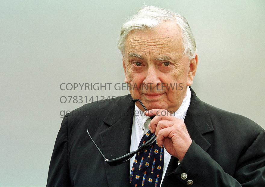 Gore Vidal at the Edinburghy Book Festival 2001 pic Geraint Lewis