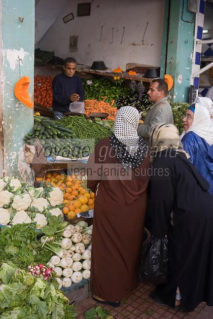 Afrique/Afrique du Nord/Maroc/Rabat: dans la médina femmes chez le marchand de légumes