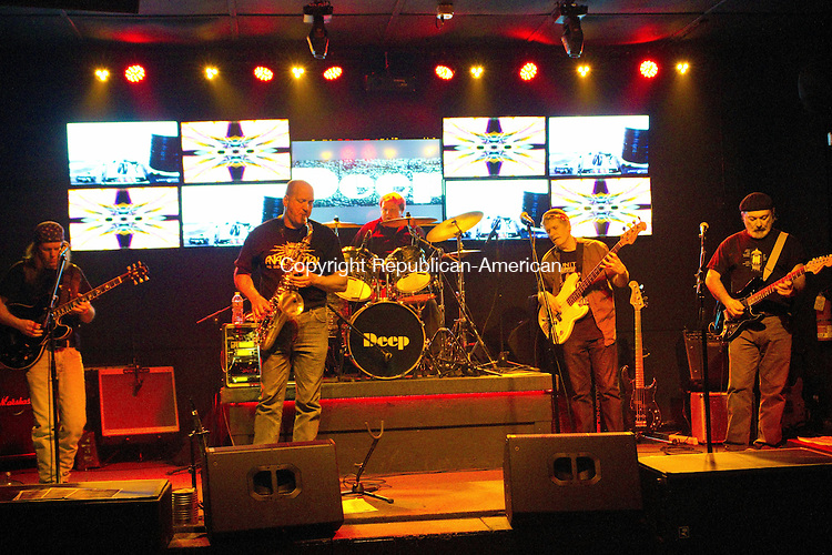 WATERTOWN, CT16 January 2014-011614LW03 - Deep plays at The Red Door in Watertown Jan. 16.<br /> Laraine Weschler Republican-American