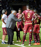 IBAGUE - COLOMBIA -  07-02-2017: Gregorio Perez (2 Izq.), técnico del Deportes Tolima, da instrucciones a los jugadores, durante partido por la fecha 2 de la Liga Aguila I 2017 entre Deportes Tolima y America de Cali, jugado en el estadio Manuel Murillo Toro de la ciudad de Ibague. / Gregorio Perez (2L), coach of Deportes Tolima, gives instrutions to the palyers, during a match for the date 2 of the Aguila League I 2017, between Deportes Tolima and America de Cali, played at Manuel Murillo Toro stadium in Ibague city. Photo: VizzorImage / Juan Carlos Escobar / Cont.