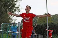 celebrate the goal, Torjubel zum 3:1 von Nils Beisser (SKV Büttelborn) - Büttelborn 24.09.2017: SKV Büttelborn vs. VfL Michelstadt