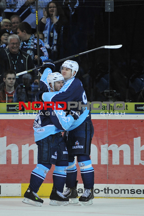 04.10.2013,  O2 World, Hamburg, GER, DEL, Hamburg Freezers vs Grizzly Adams Wolfsburg, im Bild Garrett Festerling (Hamburg #14) schiesst das Tor zum 2-1 fuer Hamburg vorbei an Torhueter Daniar Dshunussow (Wolfsburg #30) und jubelt mit Jerome Flaake (Hamburg #90)// during match at O2 World 2013/10/04, Hamburg  Foto © nph / Witke