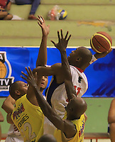 BUCARAMANGA - COLOMBIA: 29-10-2013: Doel Forbes (Izq.) y Jose Lopez (Der), jugadores de  Bucaros de Bucaramanga, disputan el balón Norvey Aragon (Cent.) jugador de Guerreros de Bogota, durante partido, octubre 29 de 2013. Bucaros de Bucaramanga y Guerreros de Bogota, durante partido de la fecha 34 de la fase I de la Liga Directv Profesional de Baloncesto 2 en partido jugado en el Coliseo Vicente Diaz Romero. (Foto: VizzorImage / Duncan Bustamante / Str). Doel Forbes (L) and Jose Lopez (L), player of Bucaros from Bucaramanga, vies for the ball with Norvey Aragon (C) player of Guerreros from Bogota, during a match, October 29, 2013. Bukaros from Bucaramanga and Guerreros from Bogota during a match for the 34 date of the Fase II of the League of Professional Directv Basketball 2 game at the Vicente Diaz Romero Coliseum. (Photo: VizzorImage / Duncan Bustamante / Str)