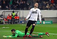Rene Adler (1. FSV Mainz 05) geschlagen beim Tor zum 2:0, Ante Rebic (Eintracht Frankfurt) jubelt - 07.02.2018: Eintracht Frankfurt vs. 1. FSV Mainz 05, DFB-Pokal Viertelfinale, Commerzbank Arena