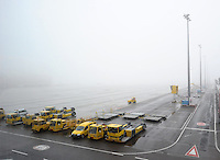 DHL-Hub Leipzig Erweiterung um eine weitere große Halle - Fertigstellung der Gebäude bis Ende 2014 - geplant ist das Schaffen von 400 Arbeitsplätzen - im Bild: Feature / Parking Area auf dem Vorfeld / Push-back Fahrzeuge im Morgennebel. Foto: Norman Rembarz