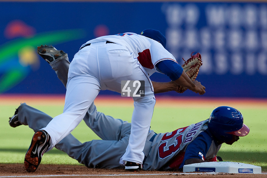 8 March 2009: #63 Luis Durango of Panama makes it back to first base safely to avoid a pick off play by #14 Fernando Tatis of Dominican Republic during the 2009 World Baseball Classic Pool D match at Hiram Bithorn Stadium in San Juan, Puerto Rico. Dominican Republic wins 9-0 over Panama.